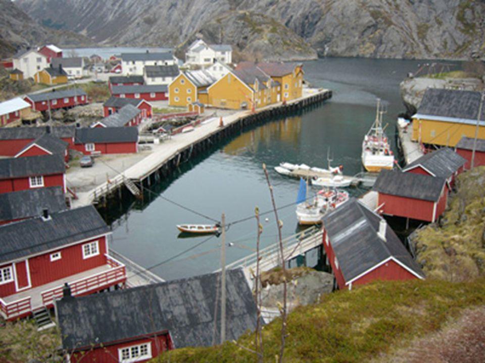 Rybářské sídlo v Norsku v cgráněné zátoce.