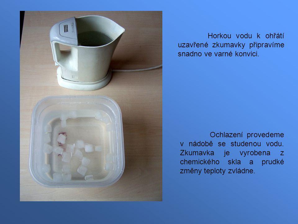 Horkou vodu k ohřátí uzavřené zkumavky připravíme snadno ve varné konvici.