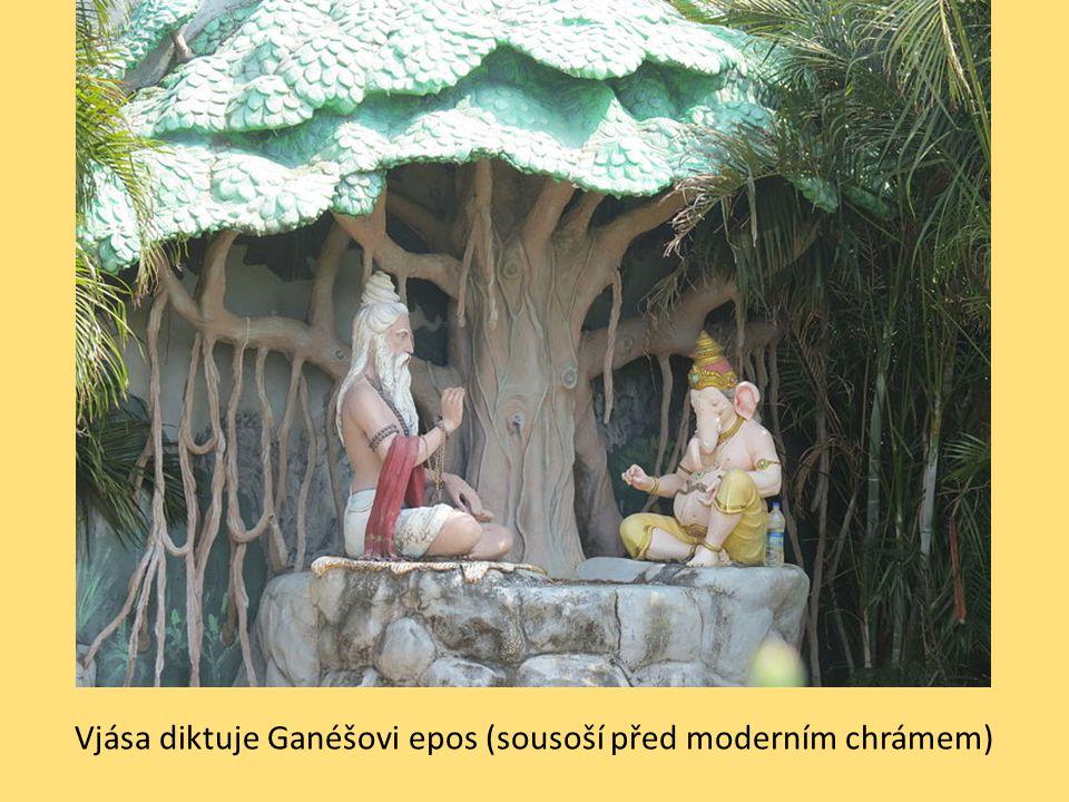 Vjása diktuje Ganéšovi epos (sousoší před moderním chrámem)