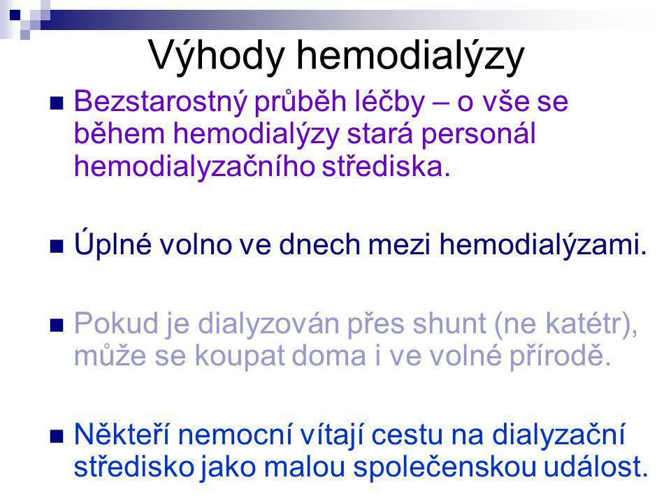 Výhody hemodialýzy Bezstarostný průběh léčby – o vše se během hemodialýzy stará personál hemodialyzačního střediska.