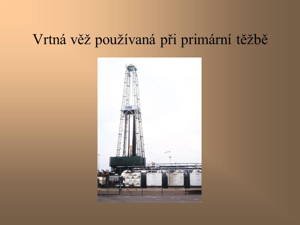Vrtná věž používaná při primární těžbě