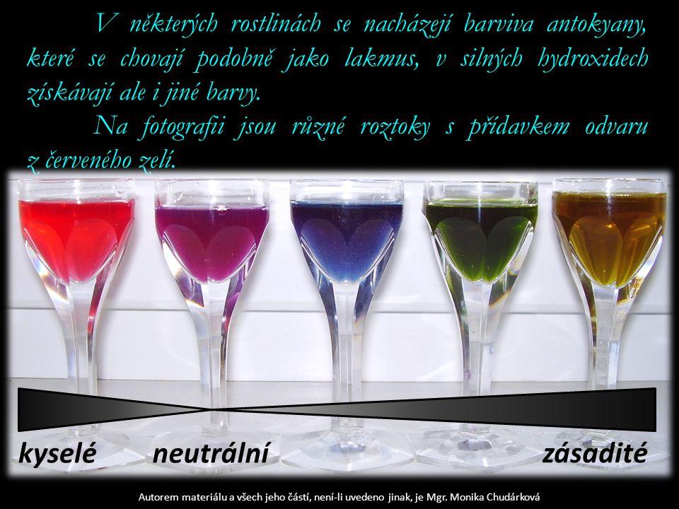 V některých rostlinách se nacházejí barviva antokyany, které se chovají podobně jako lakmus, v silných hydroxidech získávají ale i jiné barvy.
