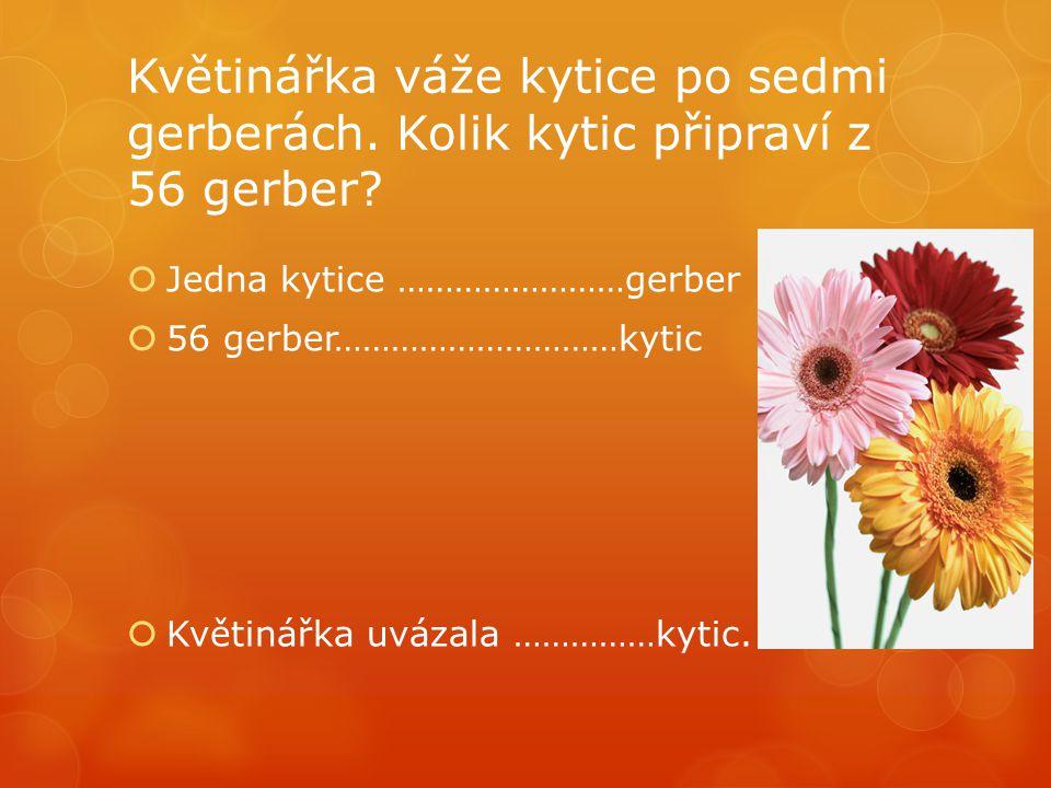 Květinářka váže kytice po sedmi gerberách