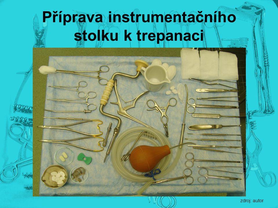 Příprava instrumentačního stolku k trepanaci