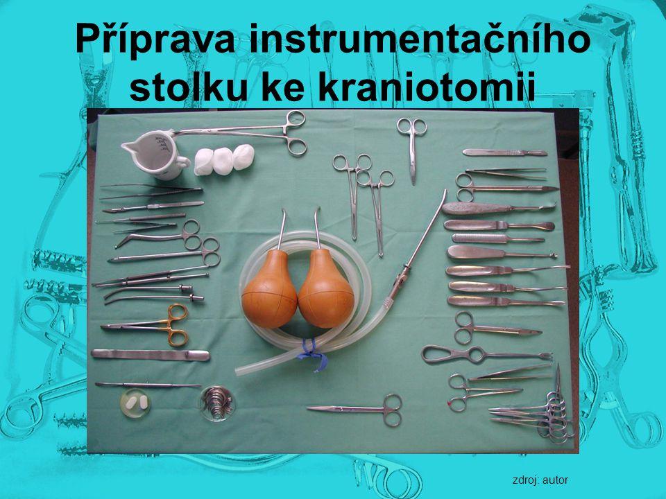 Příprava instrumentačního stolku ke kraniotomii