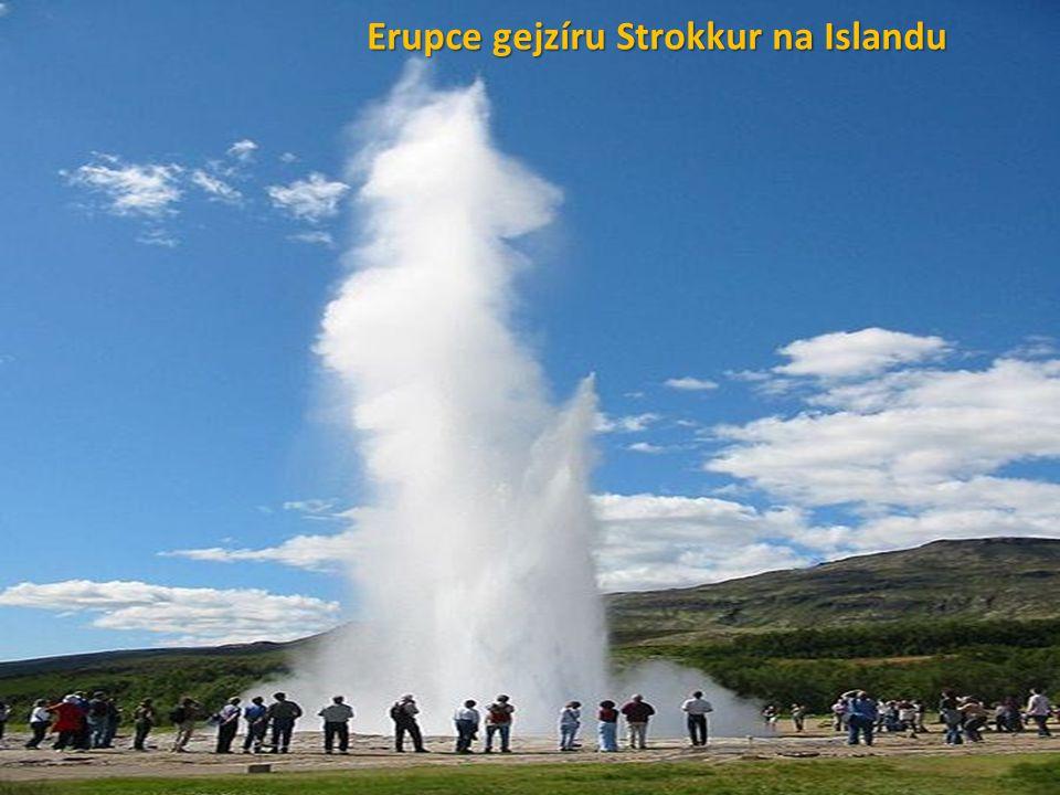 Erupce gejzíru Strokkur na Islandu