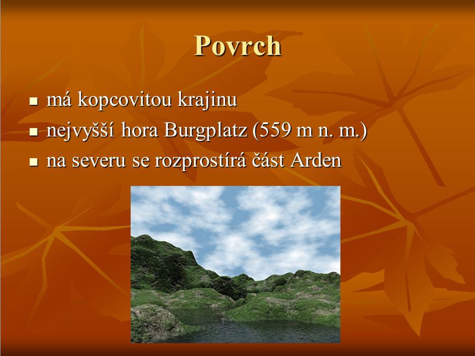 Povrch má kopcovitou krajinu nejvyšší hora Burgplatz (559 m n. m.)
