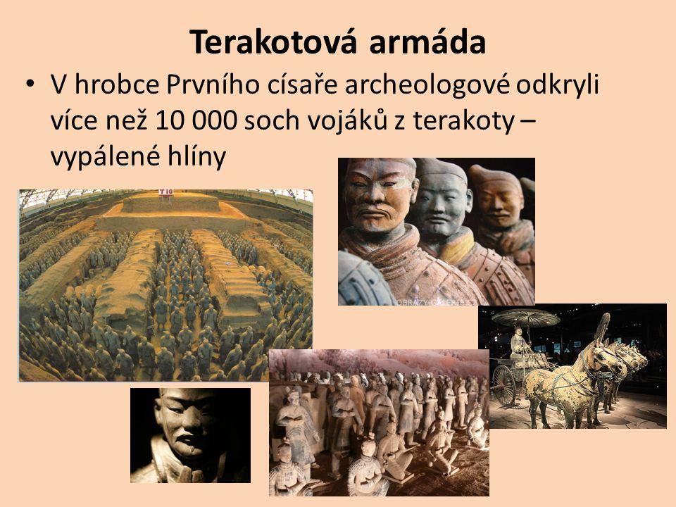 Terakotová armáda V hrobce Prvního císaře archeologové odkryli více než 10 000 soch vojáků z terakoty – vypálené hlíny.