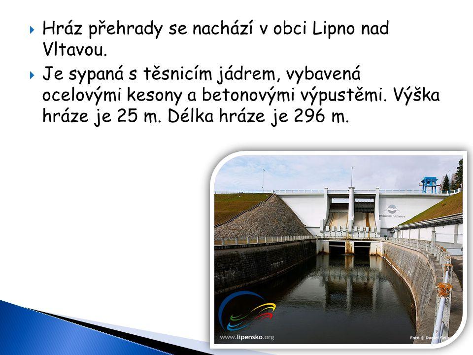 Hráz přehrady se nachází v obci Lipno nad Vltavou.