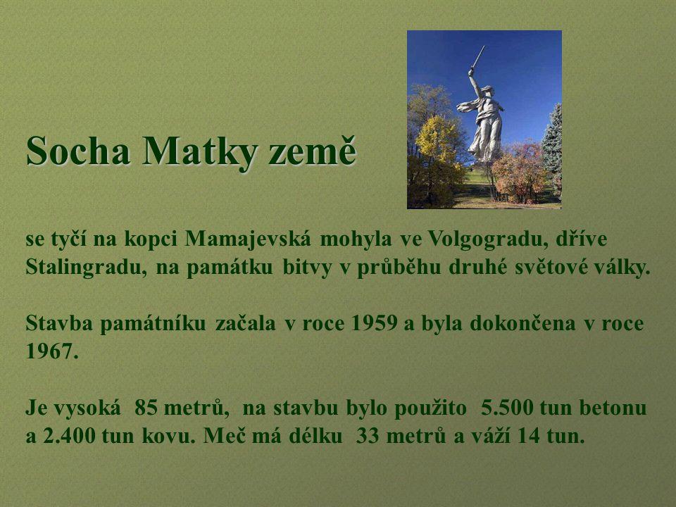 Socha Matky země se tyčí na kopci Mamajevská mohyla ve Volgogradu, dříve Stalingradu, na památku bitvy v průběhu druhé světové války.