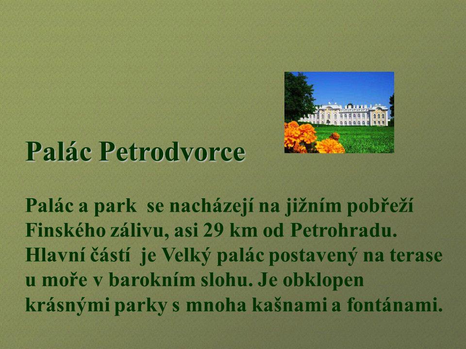 Palác Petrodvorce Palác a park se nacházejí na jižním pobřeží Finského zálivu, asi 29 km od Petrohradu.