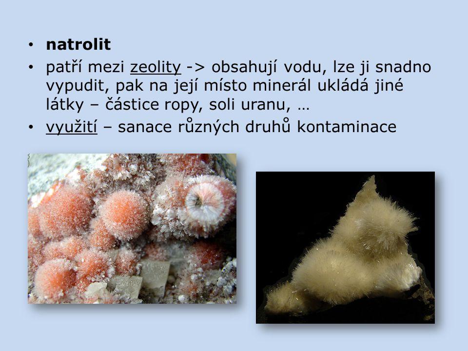 natrolit patří mezi zeolity -> obsahují vodu, lze ji snadno vypudit, pak na její místo minerál ukládá jiné látky – částice ropy, soli uranu, …