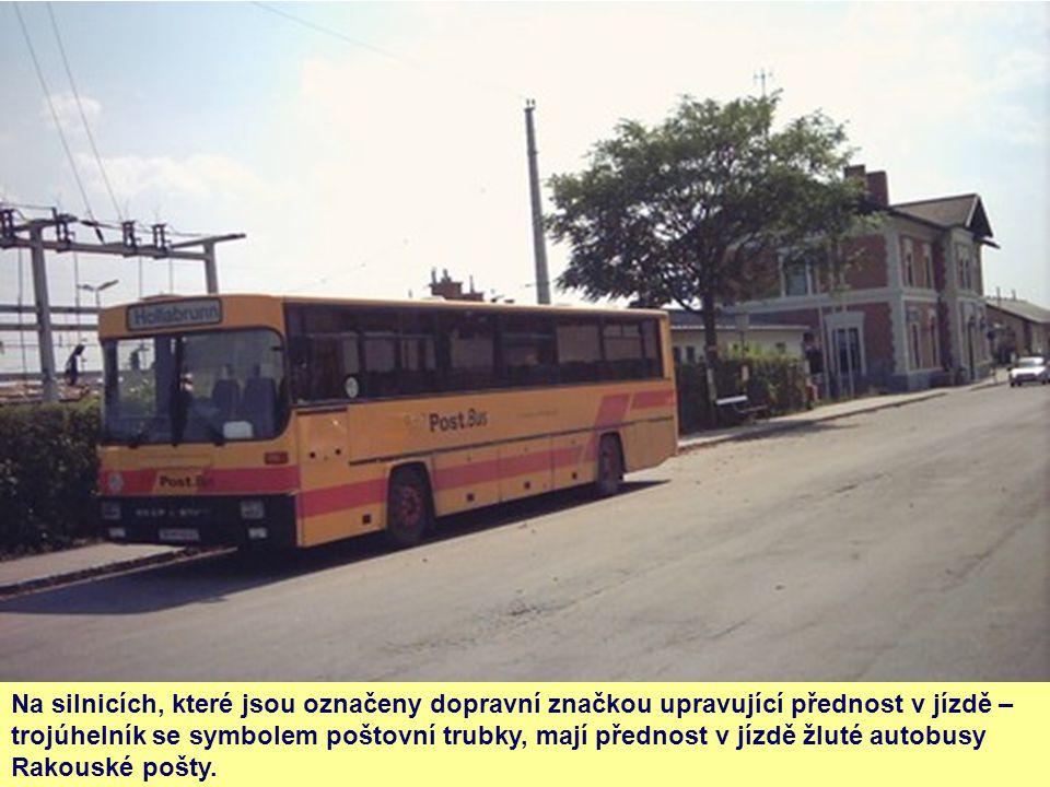 Na silnicích, které jsou označeny dopravní značkou upravující přednost v jízdě – trojúhelník se symbolem poštovní trubky, mají přednost v jízdě žluté autobusy Rakouské pošty.