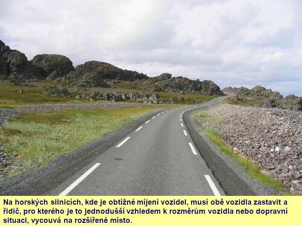 Na horských silnicích, kde je obtížné míjení vozidel, musí obě vozidla zastavit a řidič, pro kterého je to jednodušší vzhledem k rozměrům vozidla nebo dopravní situaci, vycouvá na rozšířené místo.