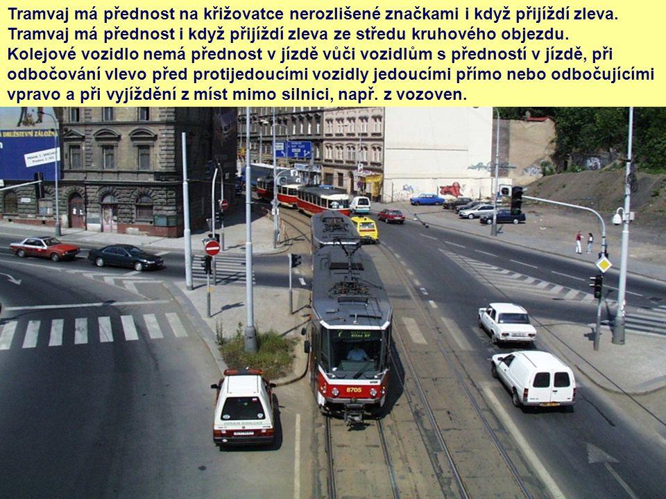 Tramvaj má přednost na křižovatce nerozlišené značkami i když přijíždí zleva.
