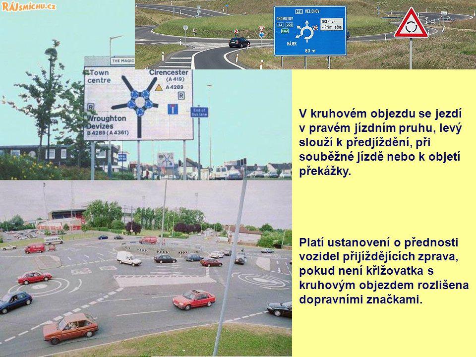 V kruhovém objezdu se jezdí v pravém jízdním pruhu, levý slouží k předjíždění, při souběžné jízdě nebo k objetí překážky.