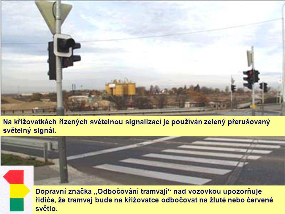 Na křižovatkách řízených světelnou signalizací je používán zelený přerušovaný světelný signál.