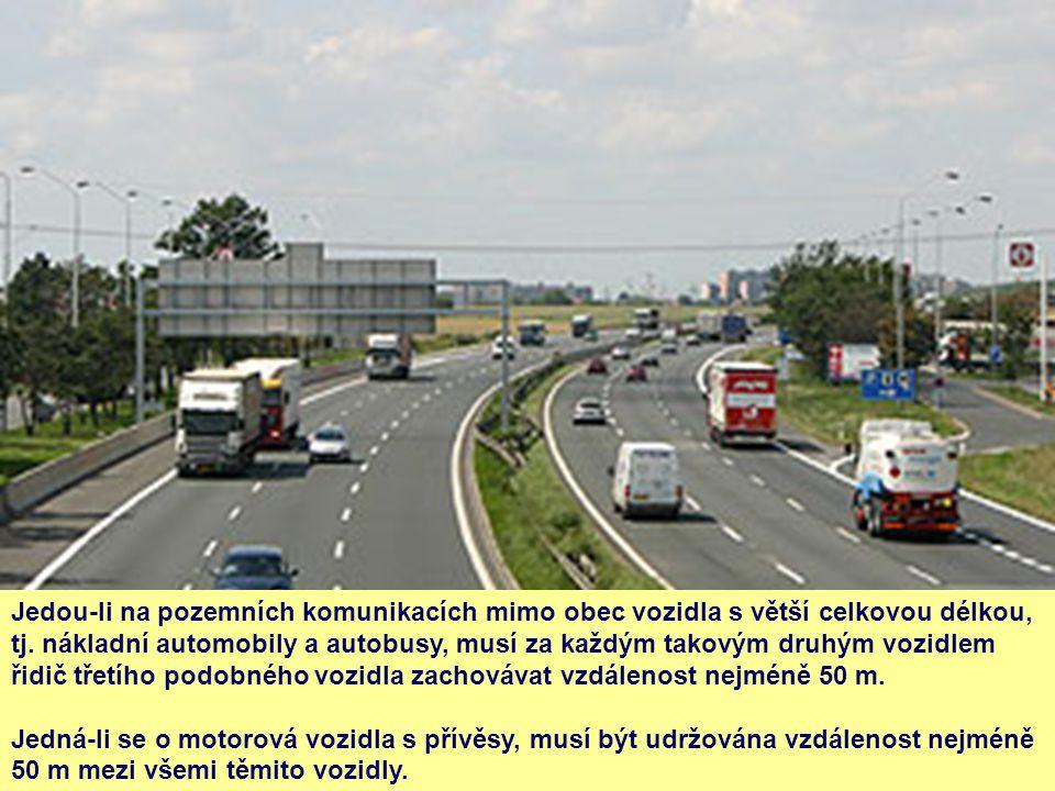 Jedou-li na pozemních komunikacích mimo obec vozidla s větší celkovou délkou, tj. nákladní automobily a autobusy, musí za každým takovým druhým vozidlem řidič třetího podobného vozidla zachovávat vzdálenost nejméně 50 m.