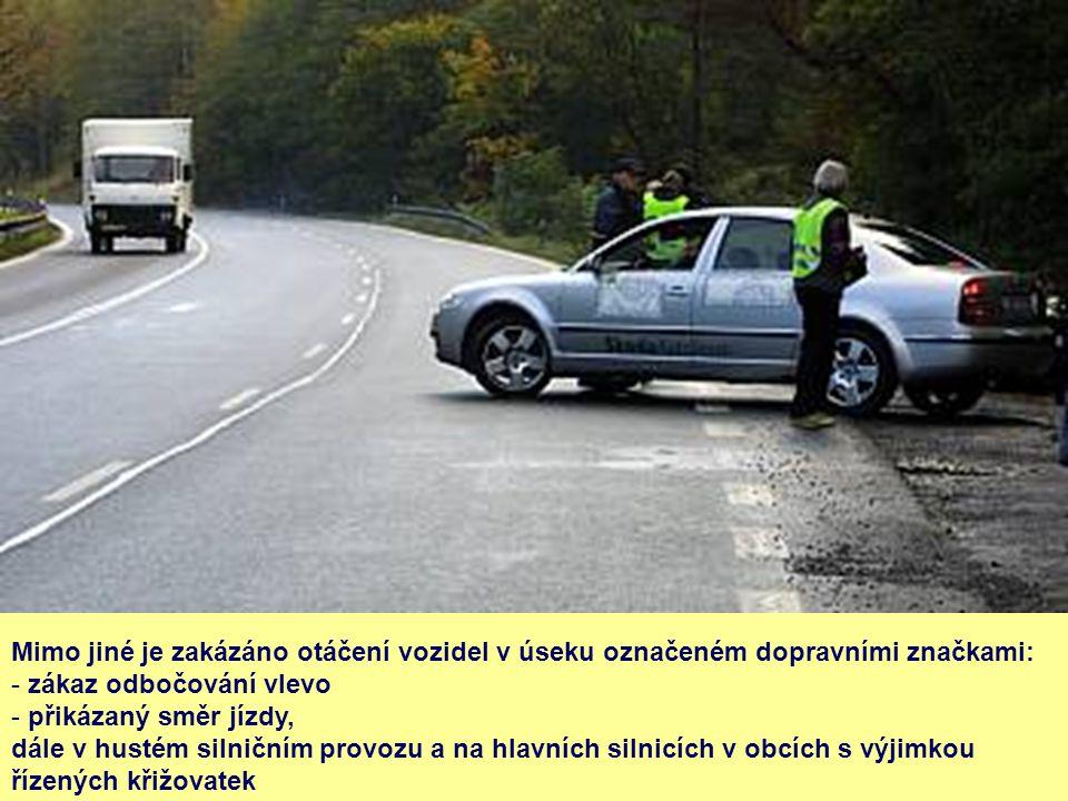 Mimo jiné je zakázáno otáčení vozidel v úseku označeném dopravními značkami: