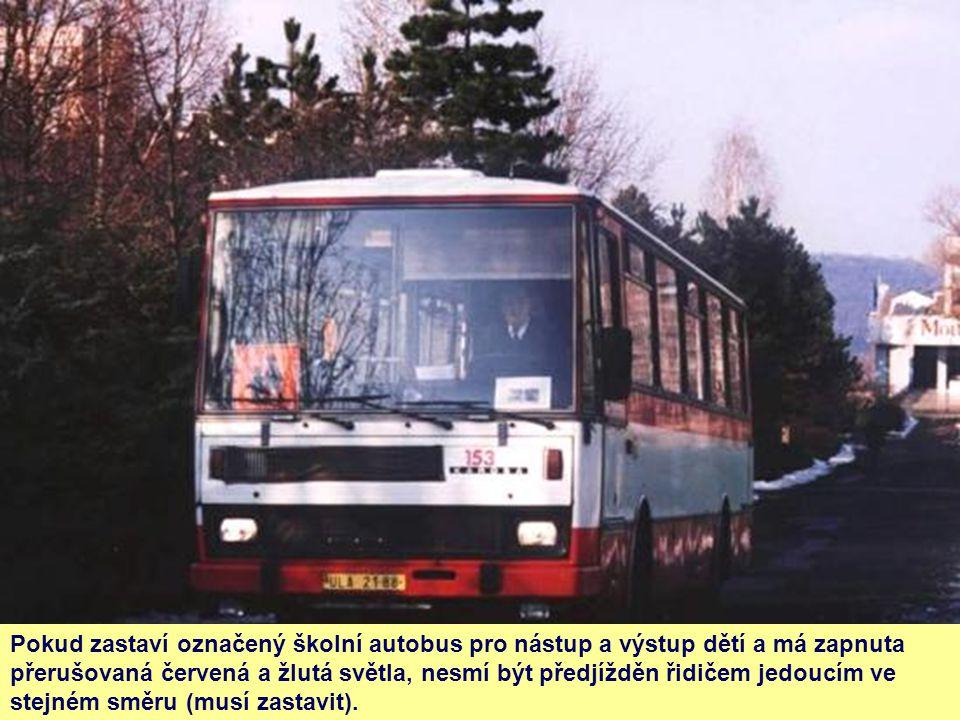 Pokud zastaví označený školní autobus pro nástup a výstup dětí a má zapnuta přerušovaná červená a žlutá světla, nesmí být předjížděn řidičem jedoucím ve stejném směru (musí zastavit).