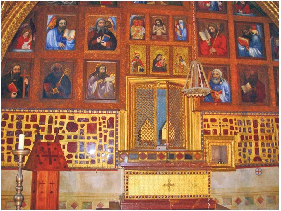 Kaple je rozdělena pozlacenou mříží na dvě části. Sám Karel IV