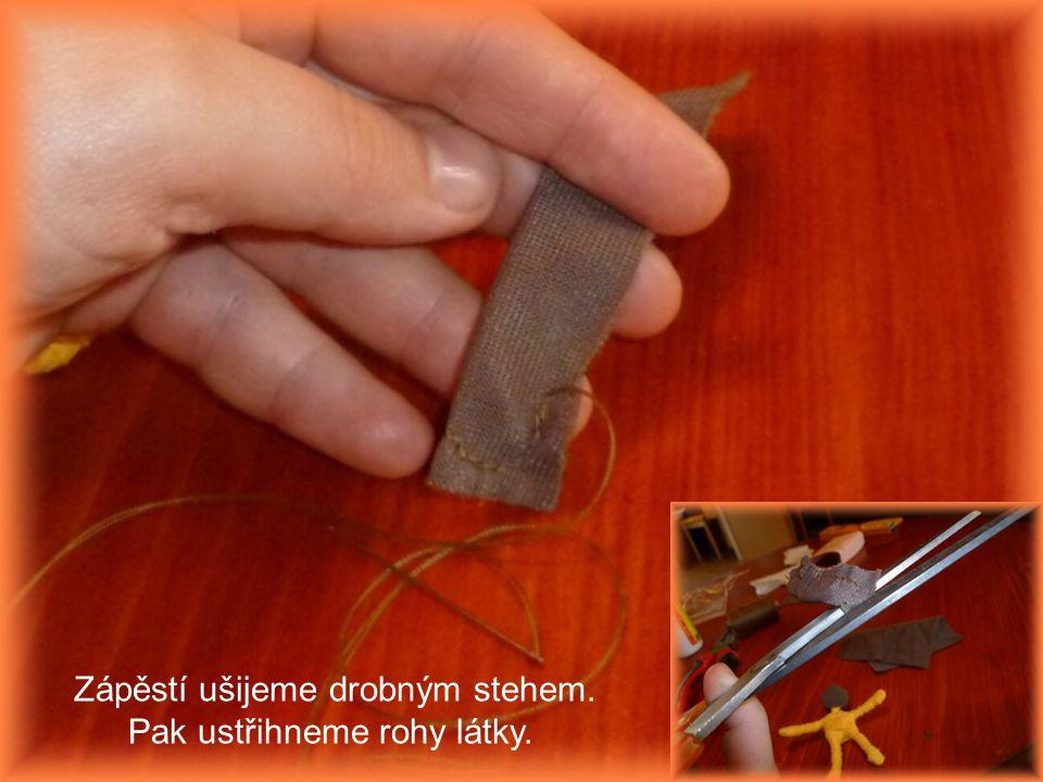 Zápěstí ušijeme drobným stehem. Pak ustřihneme rohy látky.
