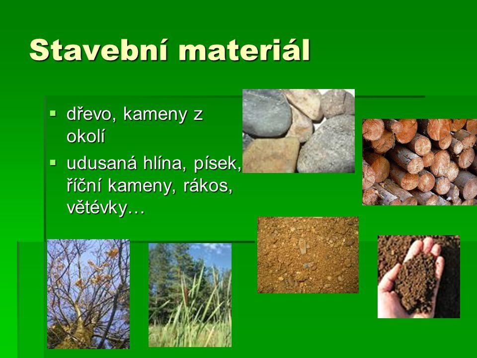 Stavební materiál dřevo, kameny z okolí