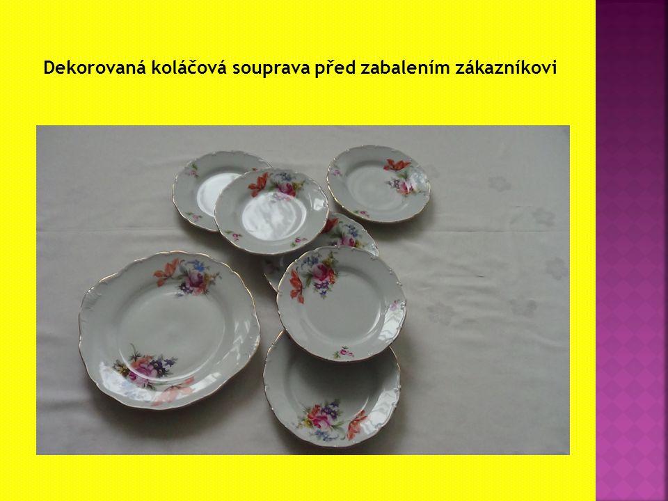 Dekorovaná koláčová souprava před zabalením zákazníkovi