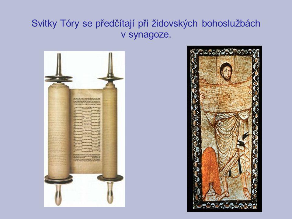 Svitky Tóry se předčítají při židovských bohoslužbách v synagoze.