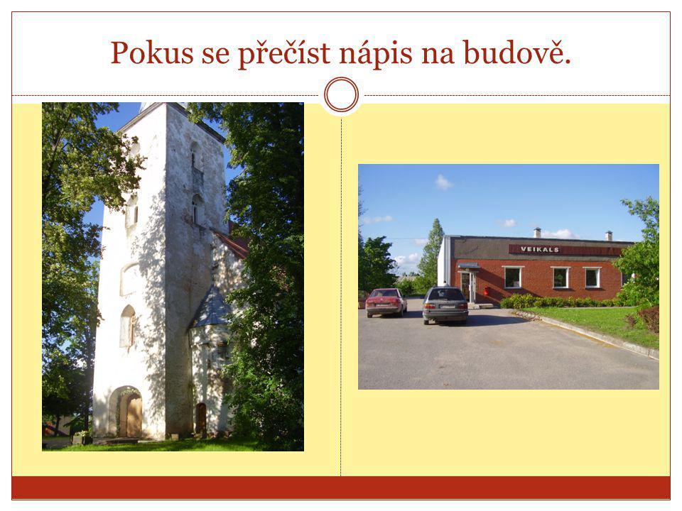Pokus se přečíst nápis na budově.