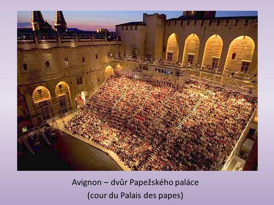 Avignon – dvůr Papežského paláce (cour du Palais des papes)