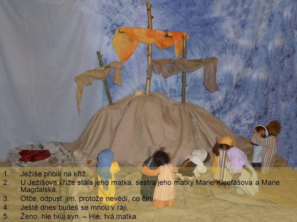 Ježíše přibili na kříž. U Ježíšova kříže stála jeho matka, sestra jeho matky Marie Kleofášova a Marie Magdalská.