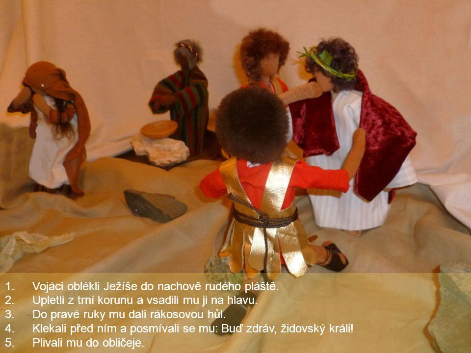Vojáci oblékli Ježíše do nachově rudého pláště.