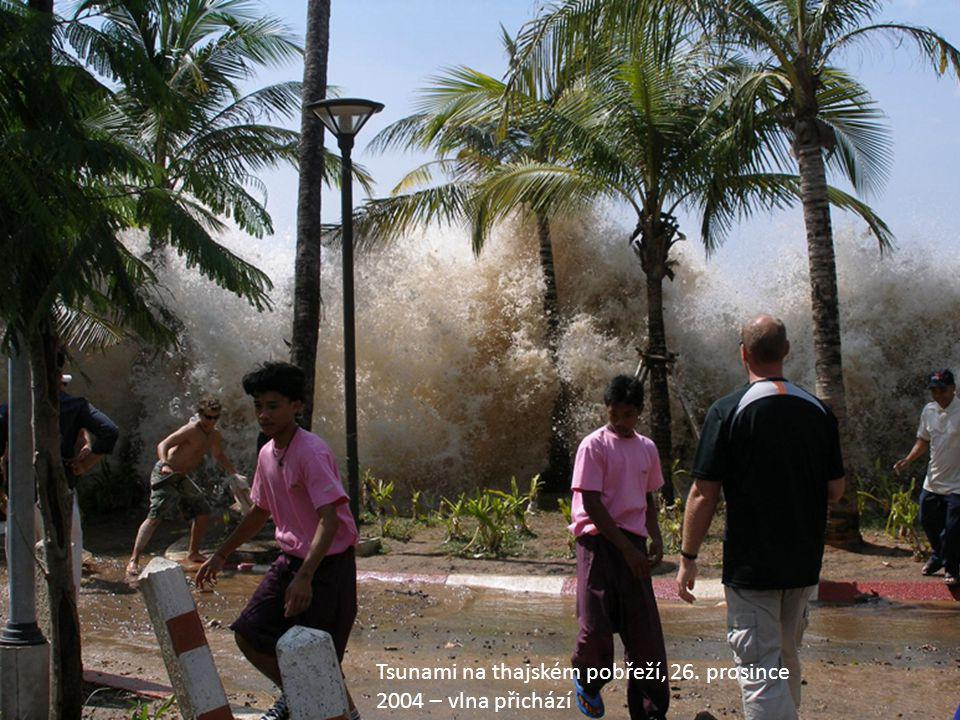 Tsunami na thajském pobřeží, 26. prosince 2004 – vlna přichází