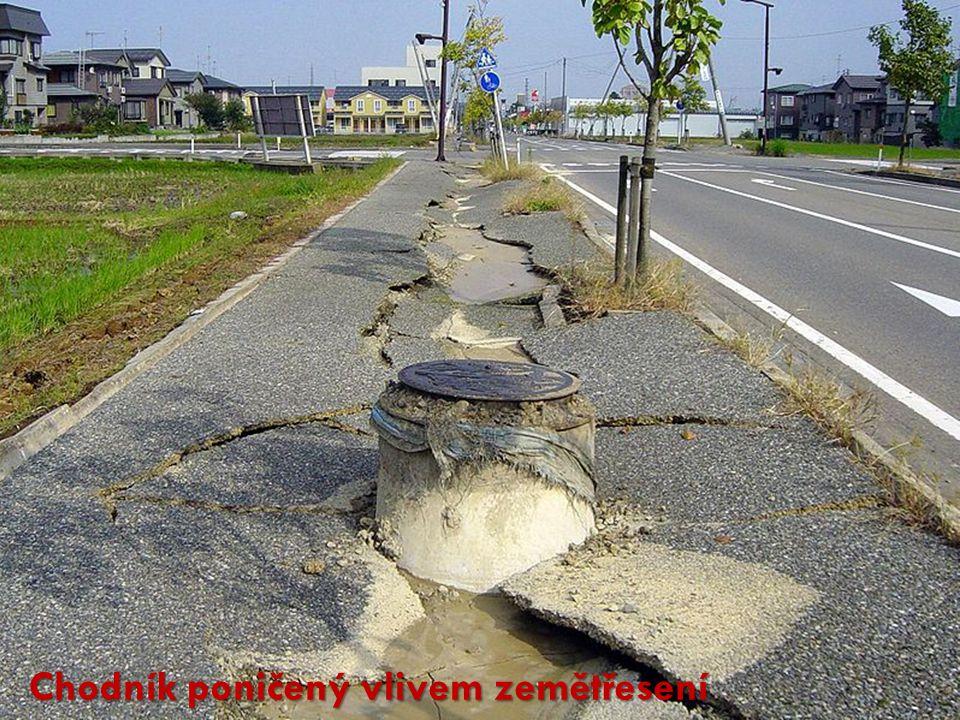 Chodník poničený vlivem zemětřesení