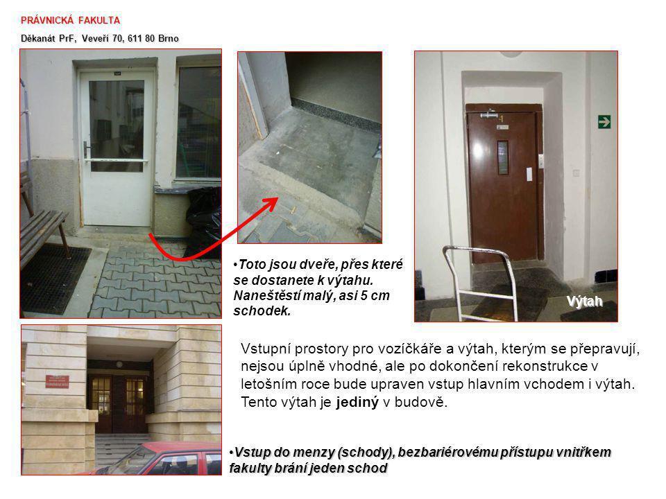 PRÁVNICKÁ FAKULTA Děkanát PrF, Veveří 70, 611 80 Brno. Toto jsou dveře, přes které se dostanete k výtahu. Naneštěstí malý, asi 5 cm schodek.