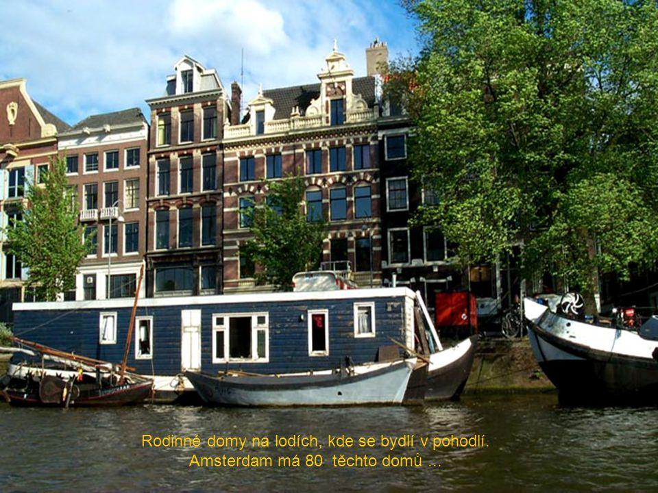 Rodinné domy na lodích, kde se bydlí v pohodlí.