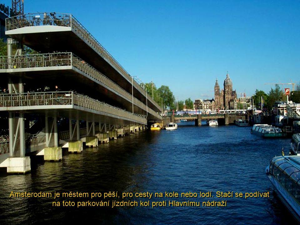 Amsterodam je městem pro pěší, pro cesty na kole nebo lodí