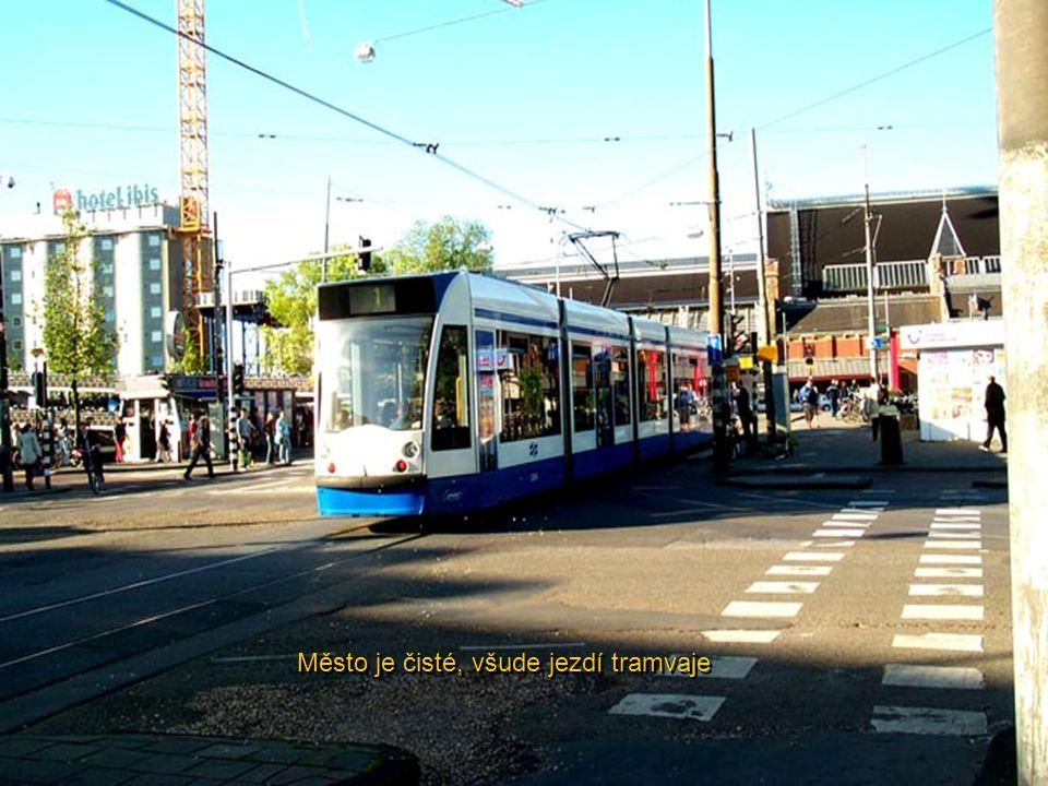 Město je čisté, všude jezdí tramvaje