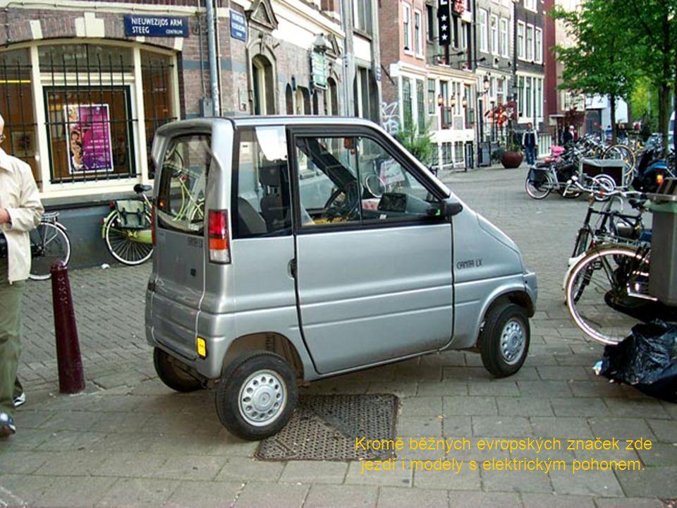 Kromě běžných evropských značek zde jezdí i modely s elektrickým pohonem.
