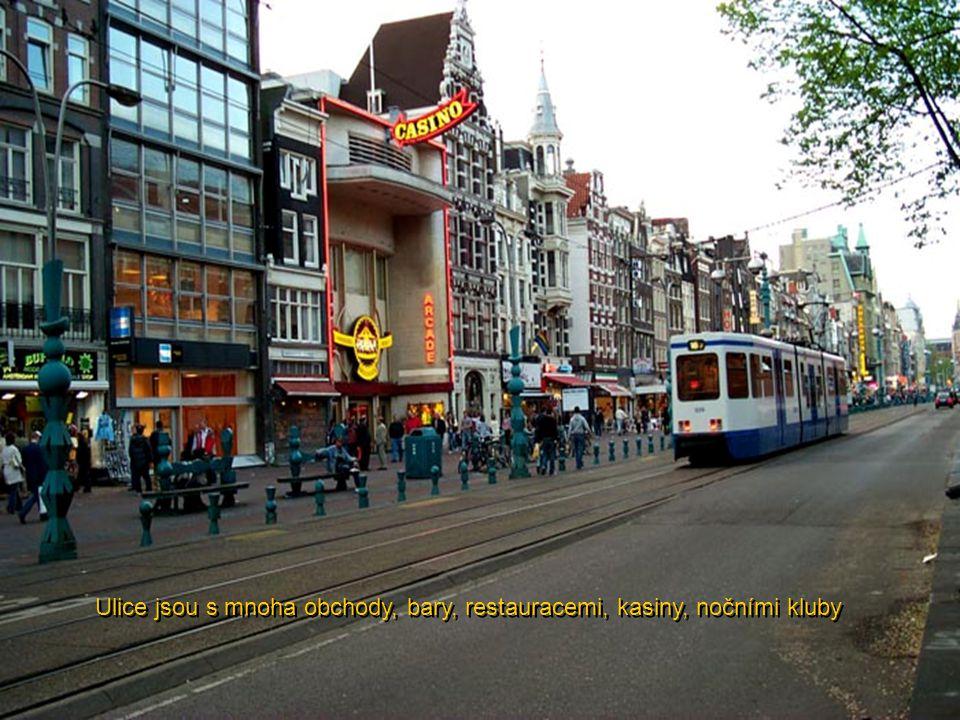 Ulice jsou s mnoha obchody, bary, restauracemi, kasiny, nočními kluby
