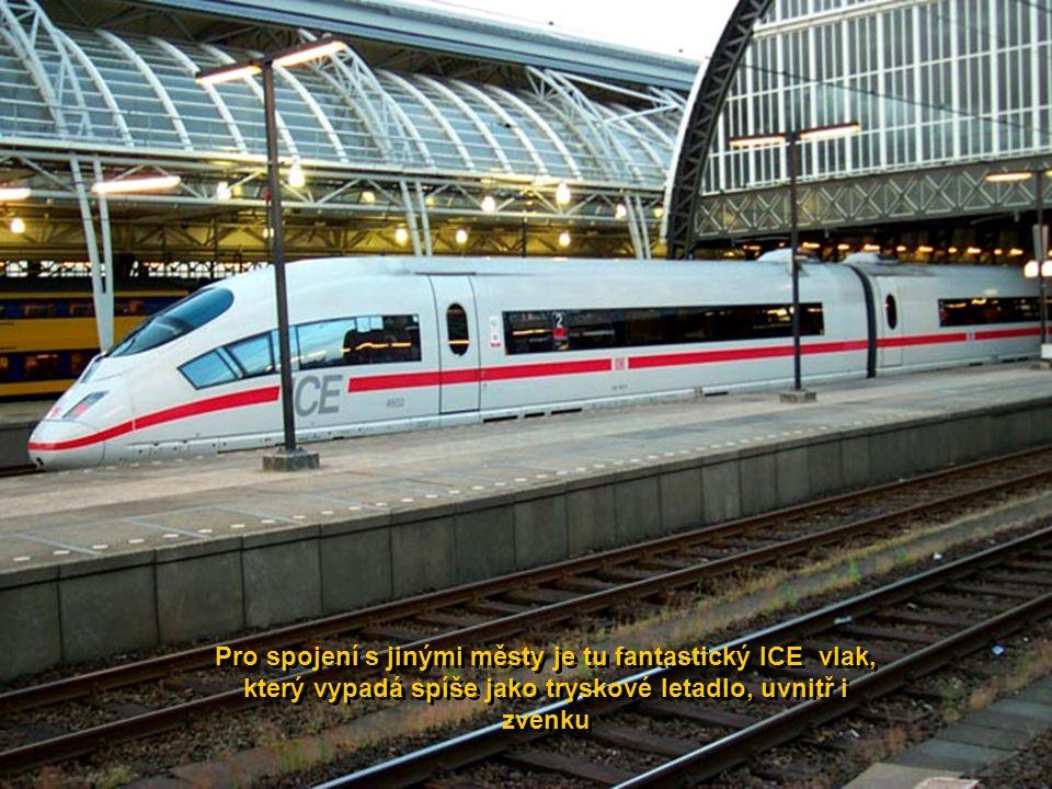 Pro spojení s jinými městy je tu fantastický ICE vlak, který vypadá spíše jako tryskové letadlo, uvnitř i zvenku