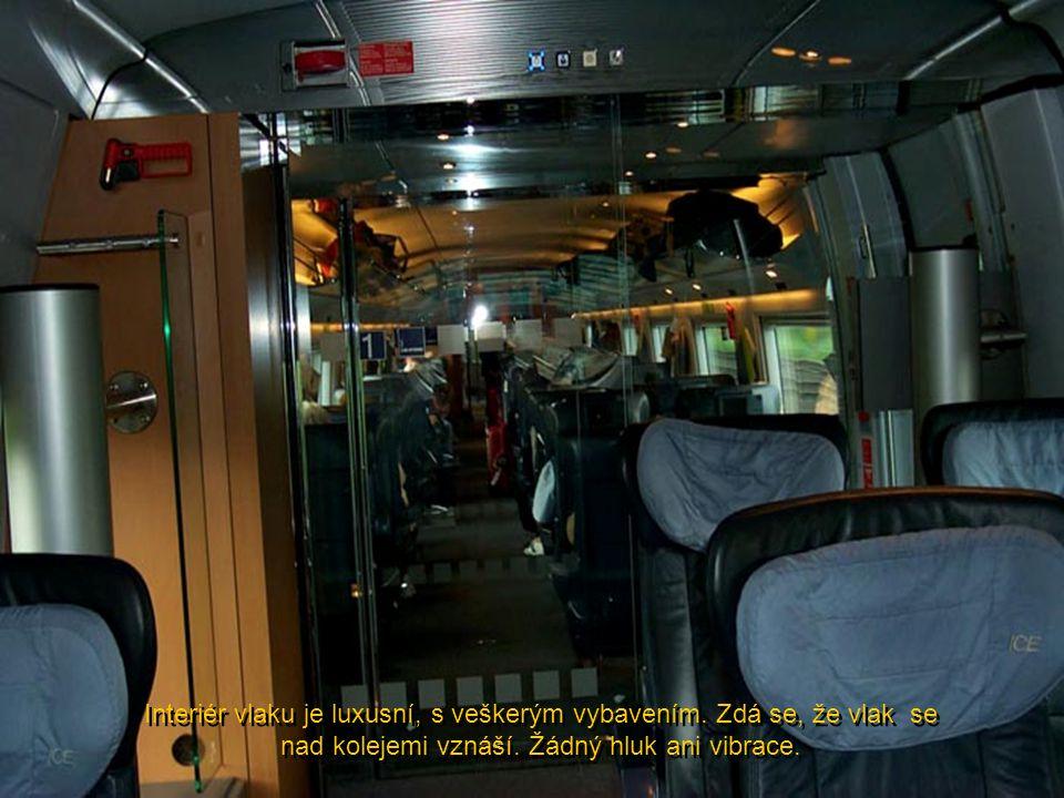 Interiér vlaku je luxusní, s veškerým vybavením