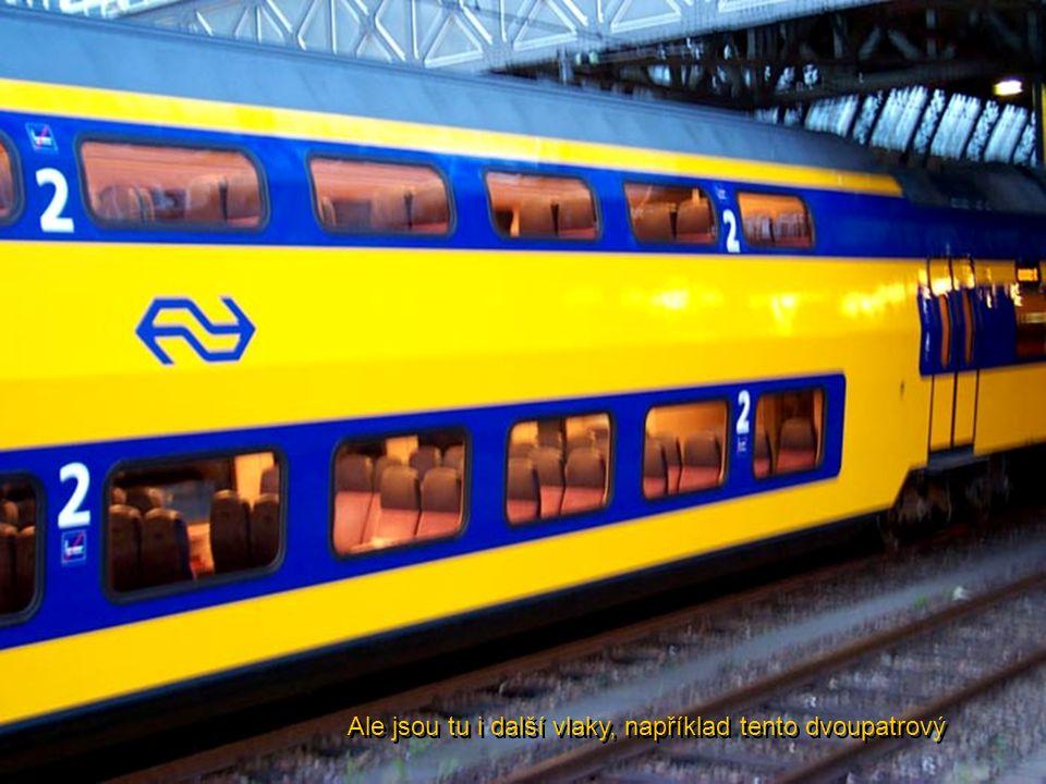 Ale jsou tu i další vlaky, například tento dvoupatrový