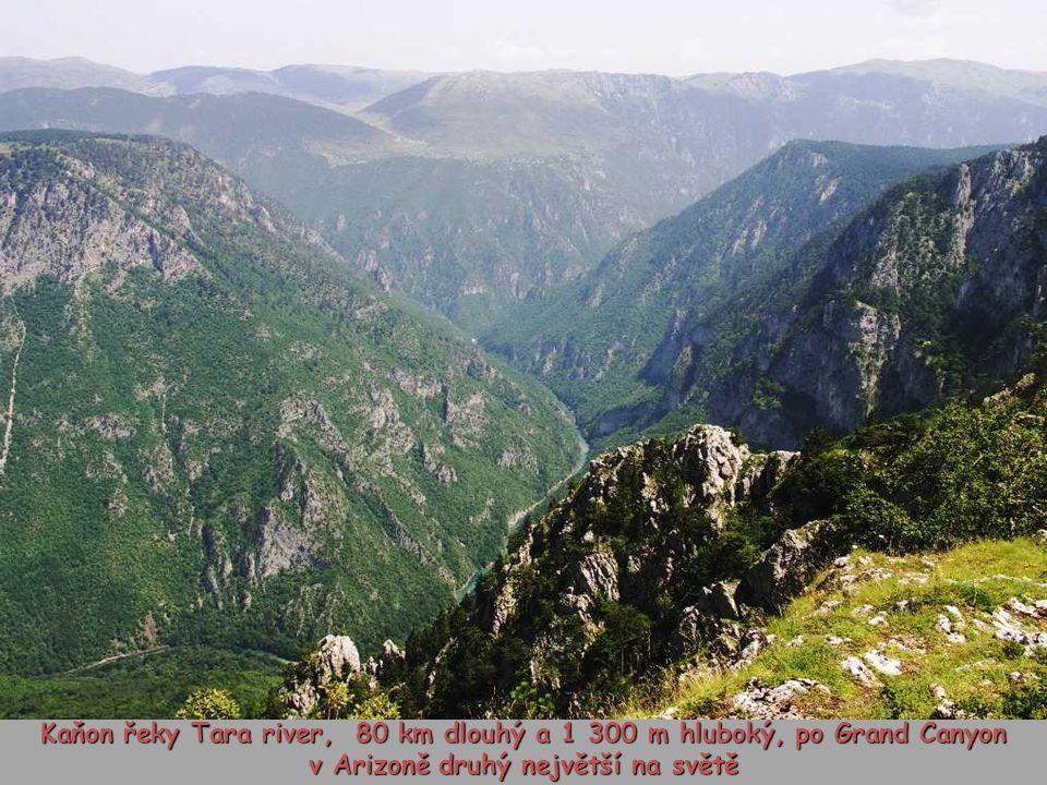 Kaňon řeky Tara river, 80 km dlouhý a 1 300 m hluboký, po Grand Canyon