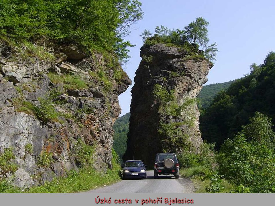 Úzká cesta v pohoří Bjelasica