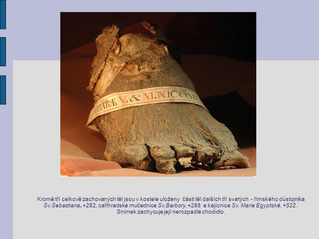 Kromě tří celkově zachovaných těl jsou v kostele uloženy části těl dalších tří svatých - římského důstojníka Sv.Sebastiana, +282, cařihradské mučednice Sv.Barbory, +288 a kajícnice Sv.