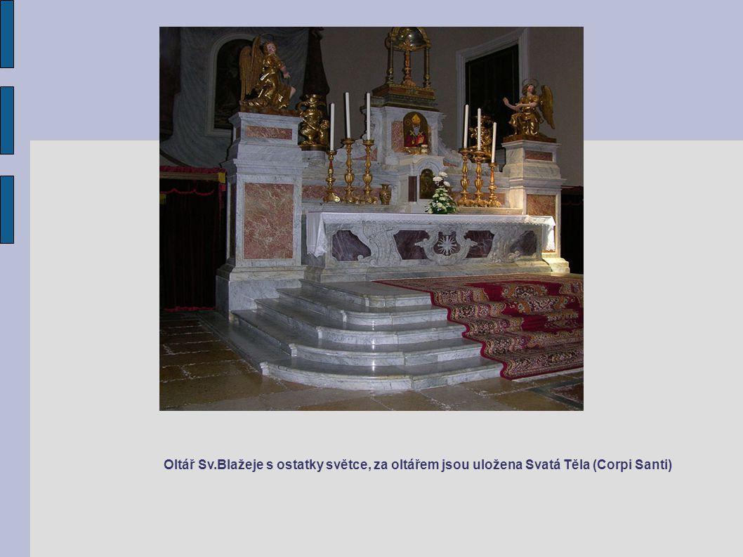Oltář Sv.Blažeje s ostatky světce, za oltářem jsou uložena Svatá Těla (Corpi Santi)