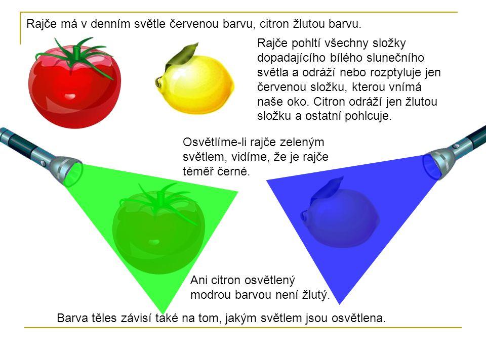 Rajče má v denním světle červenou barvu, citron žlutou barvu.