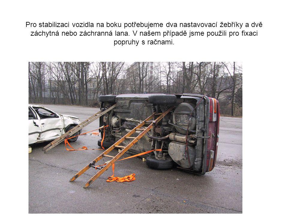 Pro stabilizaci vozidla na boku potřebujeme dva nastavovací žebříky a dvě záchytná nebo záchranná lana.
